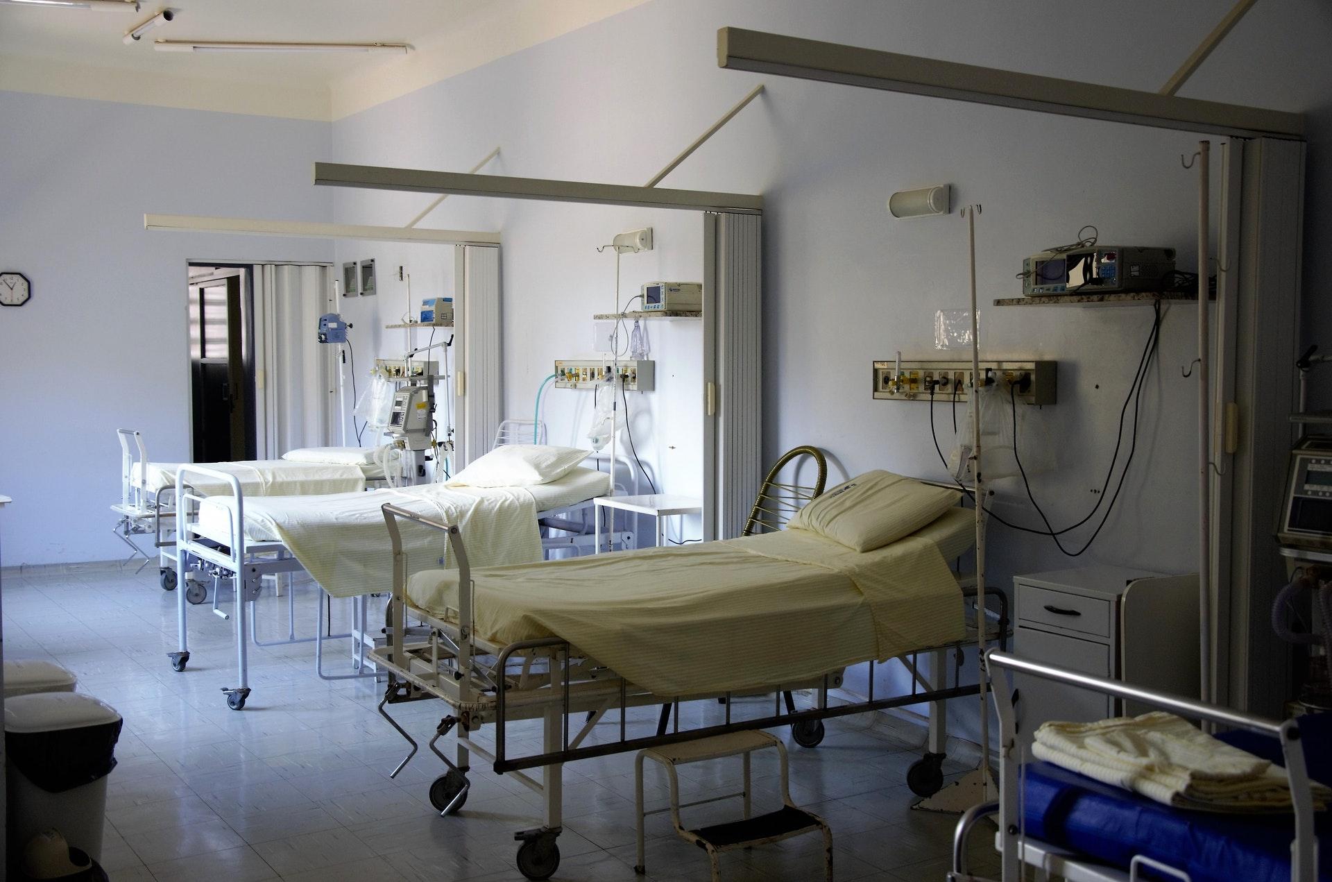 Sairaalahuone, jossa on vuodepaikkoja