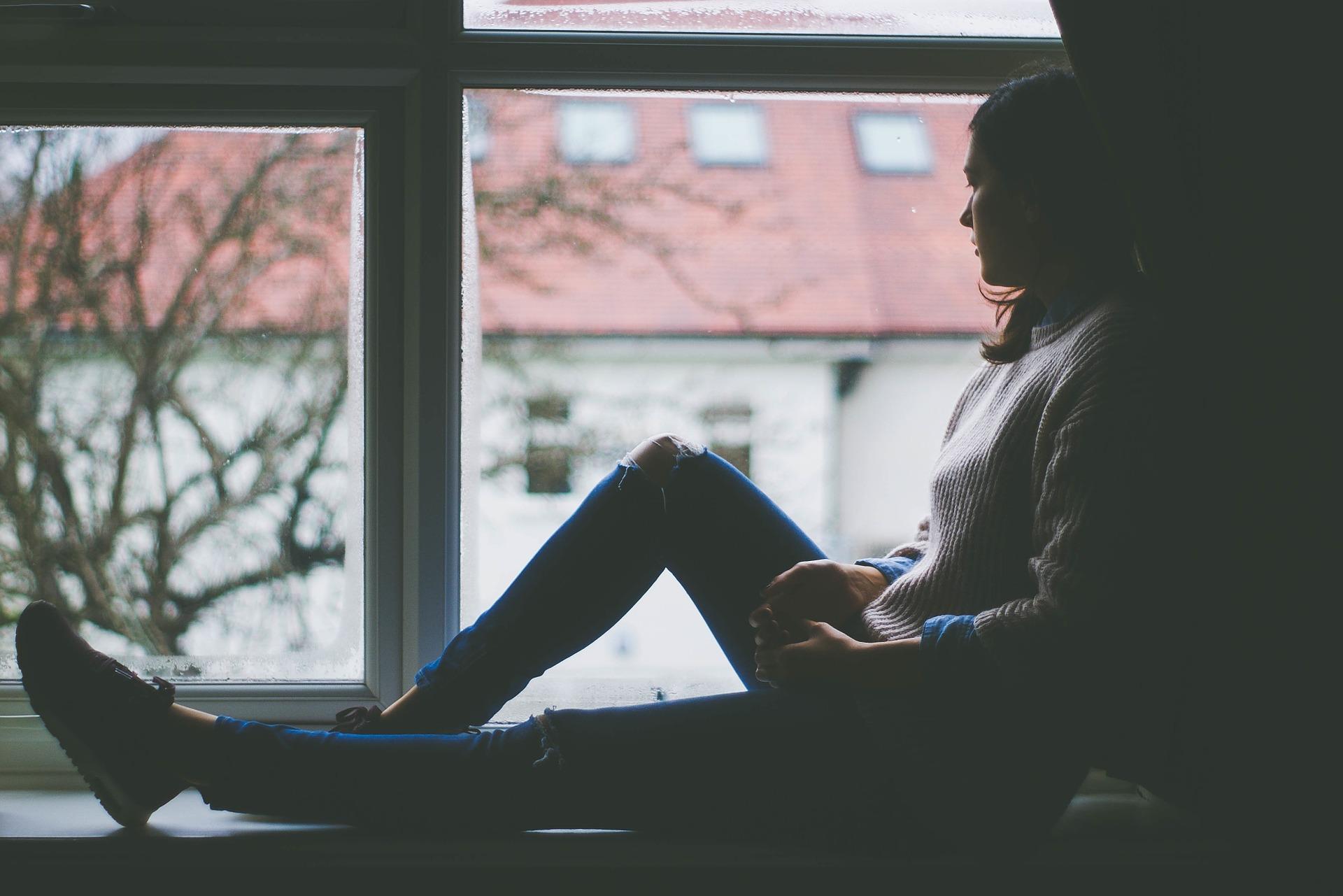 Nuori istuu ikkunalaudalla
